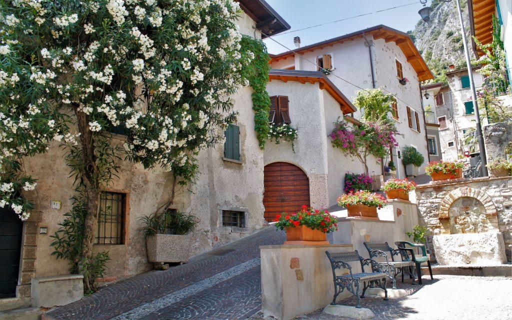 Een pittoresk en bloemreek steegje in Limone sul Garda